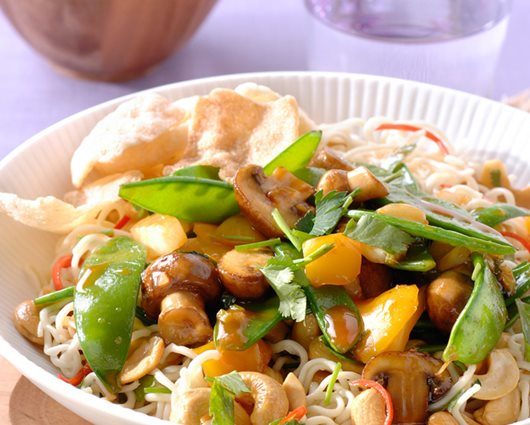 Noodles with Chinese Sweet & Sour vegetables and cashew nuts