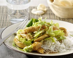 Stir-fried chicken with pointed cabbage, chives and rice